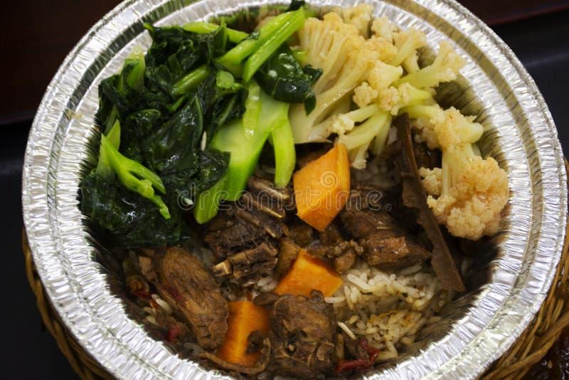 冠上用与被射击的煮沸的菜的煮沸鸭子甜棕色沙司的中国菜米在地方餐馆在汕头镇或 库存照片