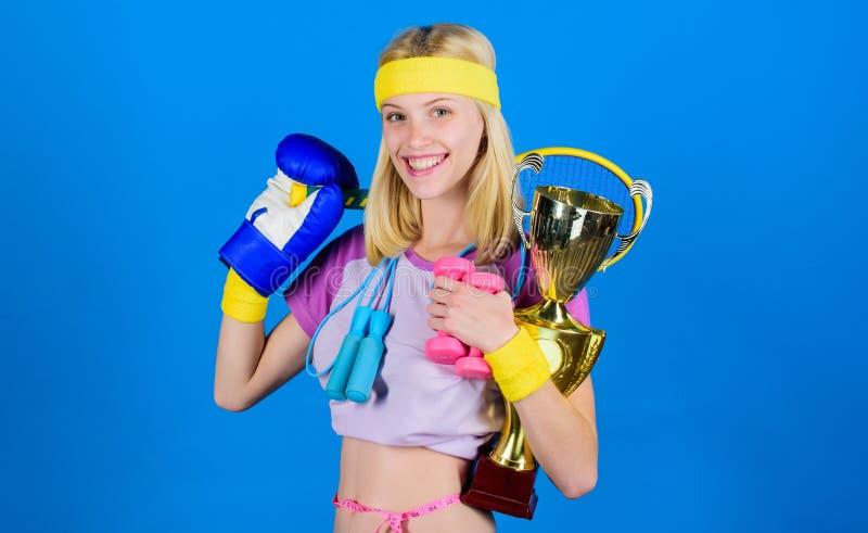 冠军概念 女孩成功的现代妇女举行金黄觚冠军 妇女好在网球跳跃的拳击 库存图片