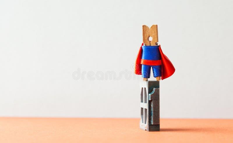 冠军超级明星英雄优胜者第一位置 成功的领导概念性摄影 勇敢的木晒衣夹 免版税库存图片