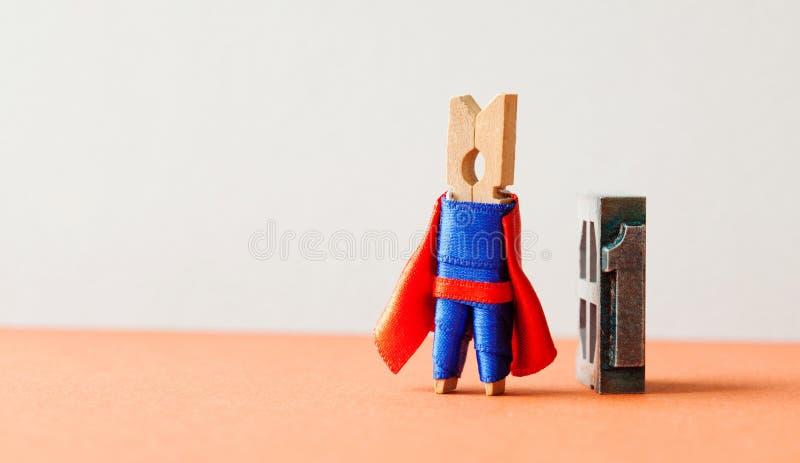 冠军超级明星英雄获得的第一名 成功的领导概念性摄影 勇敢的木晒衣夹超级英雄 库存图片