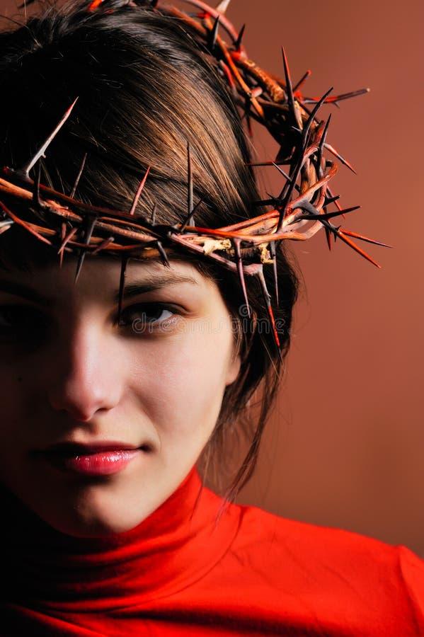 冠刺佩带的妇女年轻人 免版税图库摄影
