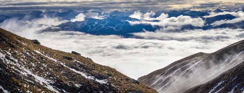 冠峰顶看法在云彩上的 库存图片