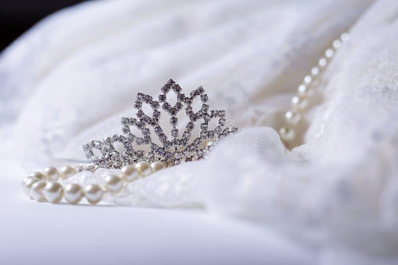 冠状头饰和白色珍珠 免版税库存图片
