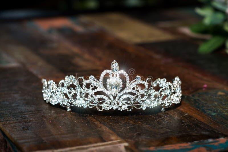 冠状头饰,王冠婚礼冠 豪华珍贵的辅助部件 免版税库存图片
