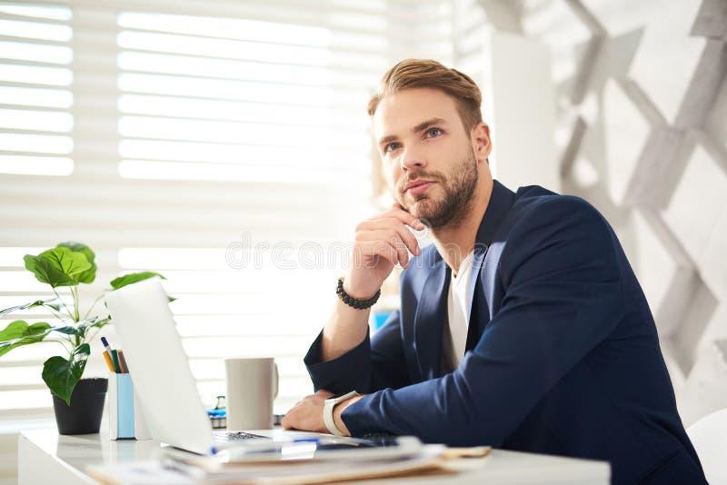 冥想在工作的体贴的人 免版税库存图片
