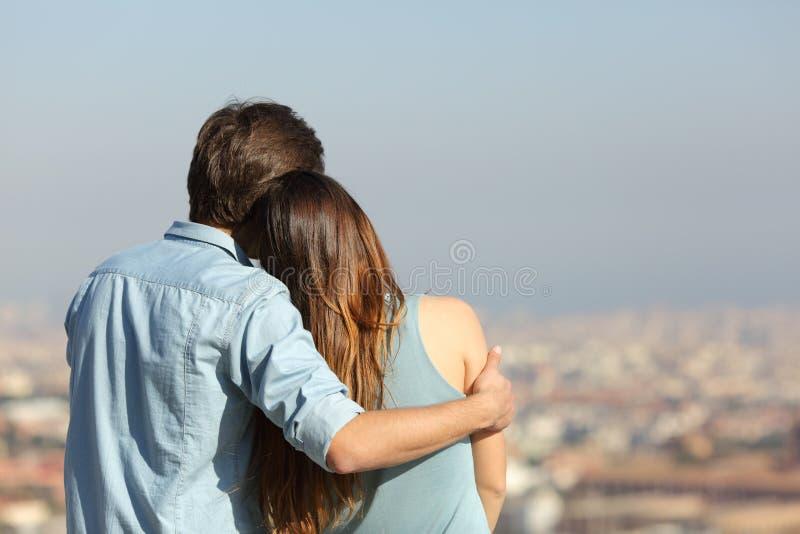 冥想城市的愉快的夫妇约会 免版税库存照片