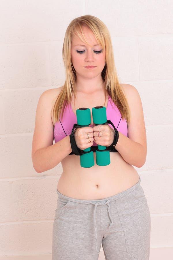 冥想执行她的重量妇女年轻人 库存图片