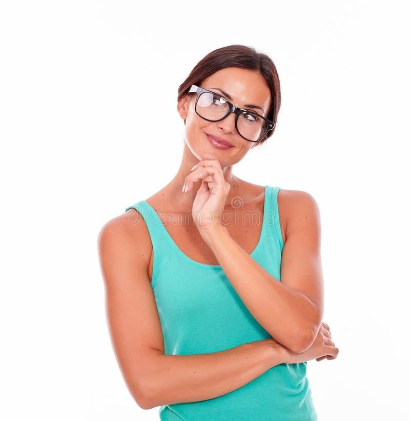 冥想有绿色无袖衫的深色的妇女 免版税库存照片