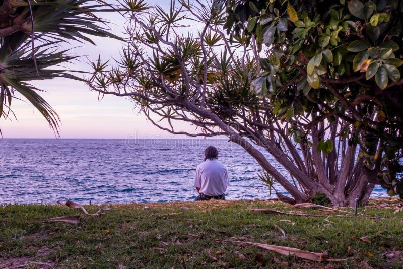 冥想海的人在Almuñecar 免版税库存照片