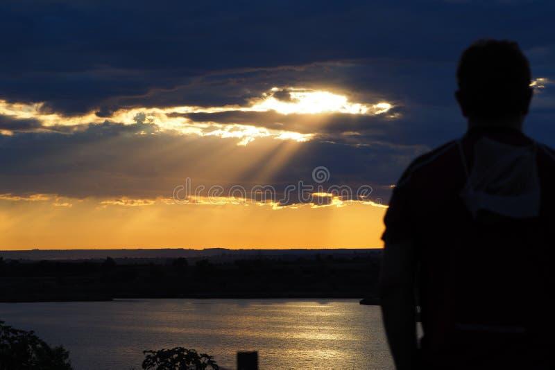 冥想Iavars日落、湖和Vilasana的人, 免版税库存图片