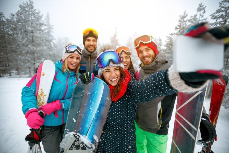 冬天、极端体育和人概念-小组微笑的frie 免版税库存照片
