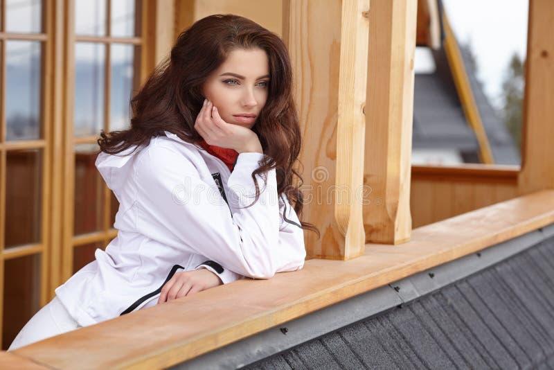 冬天、滑雪、雪和乐趣-挡雪板画象- tex的空间 免版税图库摄影