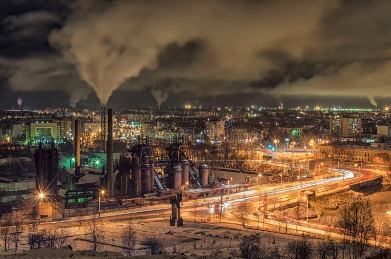冬天一个工业城市的夜全景 免版税库存照片