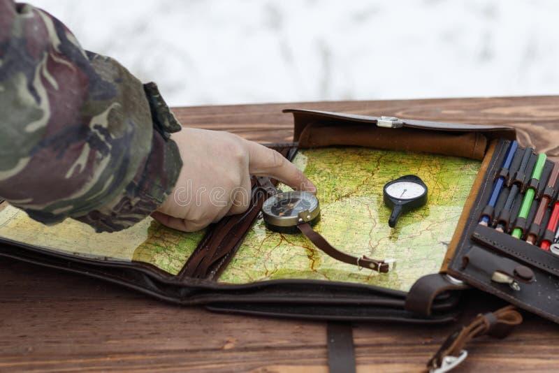 冬天下着雪 作战训练 确定在地图的军用路线 那里定调子 库存照片