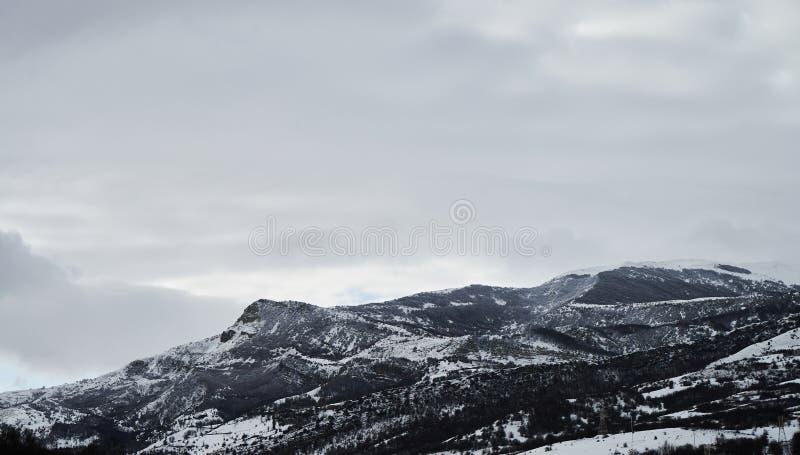 冬天与雪和小的房子的山村风景 库存图片