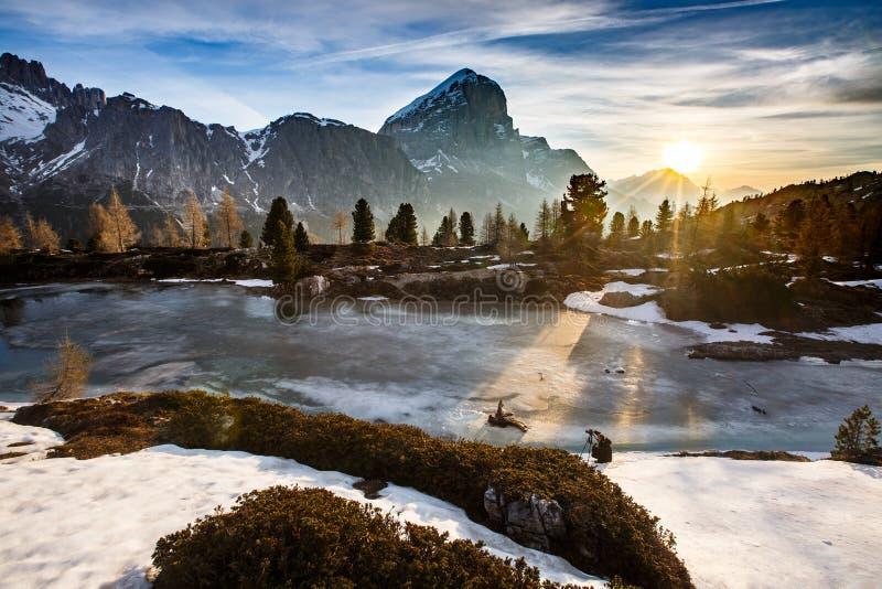 冬天与冻湖的山风景前面的 免版税库存照片