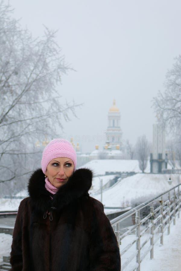 冬天人行桥的妇女神奇朝左边看 免版税图库摄影
