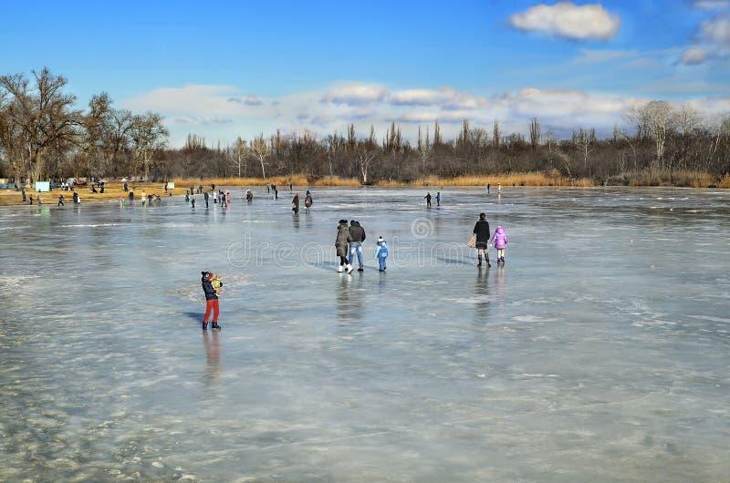 冬天休息人在河翼果的冻冰走 免版税库存照片
