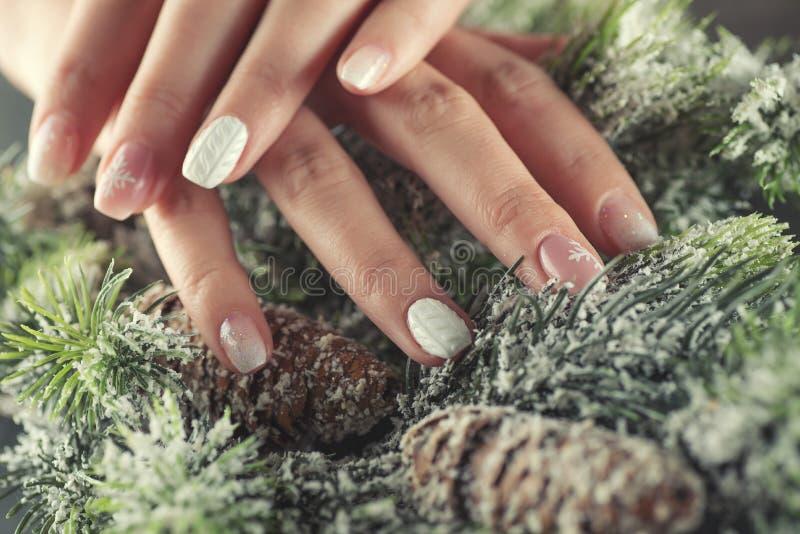 冬天修指甲设计钉子,软绵绵地桃红色和白色颜色 库存照片