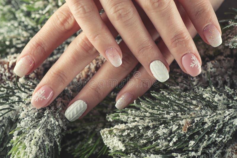冬天修指甲设计钉子,软绵绵地桃红色和白色颜色 免版税库存图片