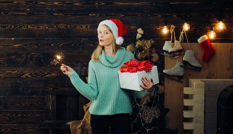 冬天前夕夜情感反应 圣诞节的肉欲的女孩 戴红色圣诞老人项目帽子的冬天妇女 愉快地霍莉 库存照片