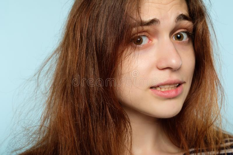 冬天发型静态护发被注重的妇女 图库摄影