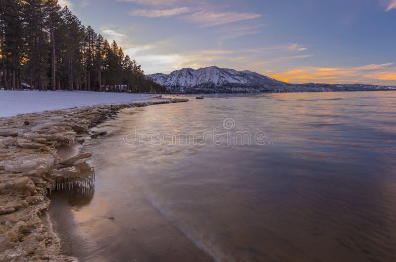 冬天和雪冠上了山-在太浩湖加利福尼亚的日落 库存图片