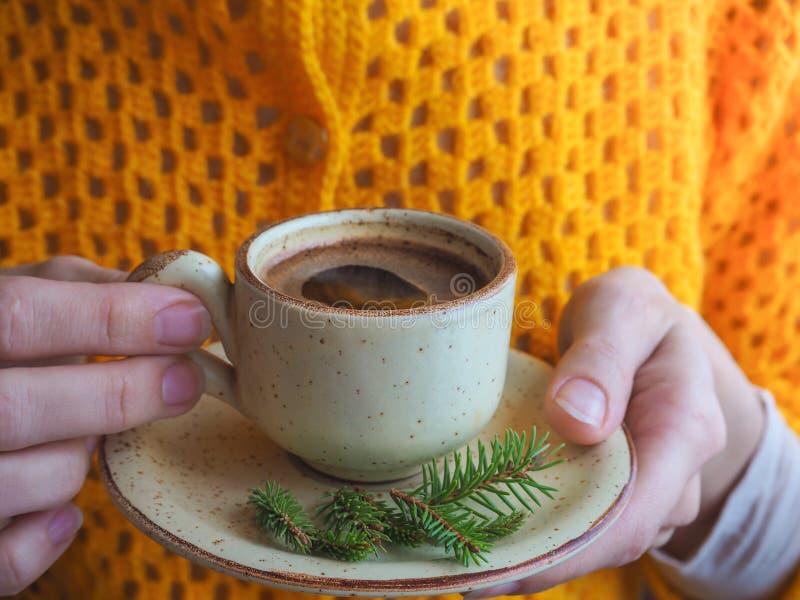 冬天咖啡 咖啡杯女性现有量 库存照片
