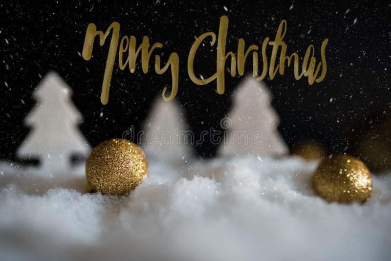 冬天圣诞节与金黄圣诞树装饰品的贺卡 免版税图库摄影