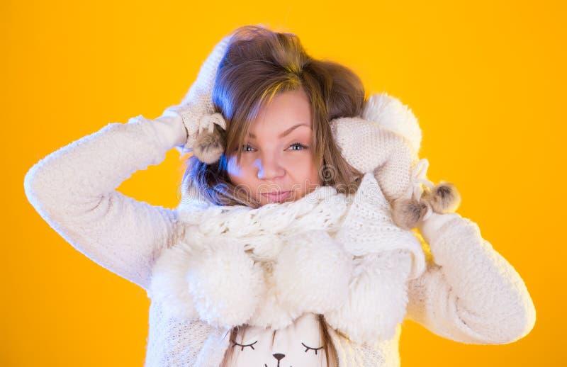 冬天圣诞节女孩 美丽的吹的雪妇女 库存照片