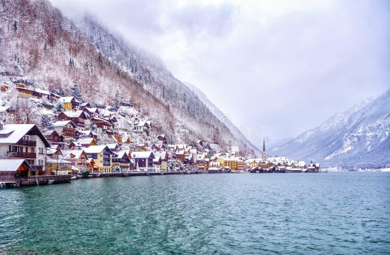 冬天在一个湖的阿尔卑斯山的, Austri Hallstatt镇 库存图片