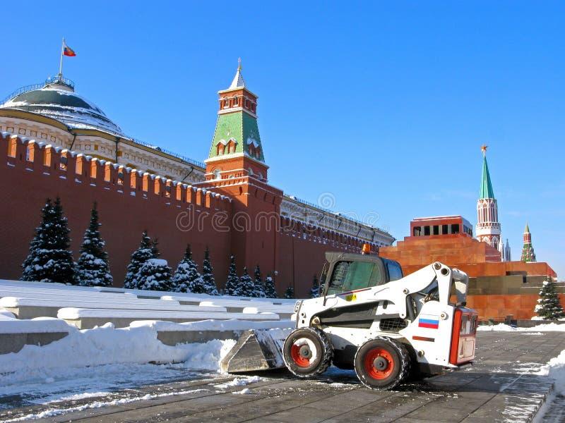 冬天在俄罗斯,雪在莫斯科,在红场的吹雪机 免版税库存照片