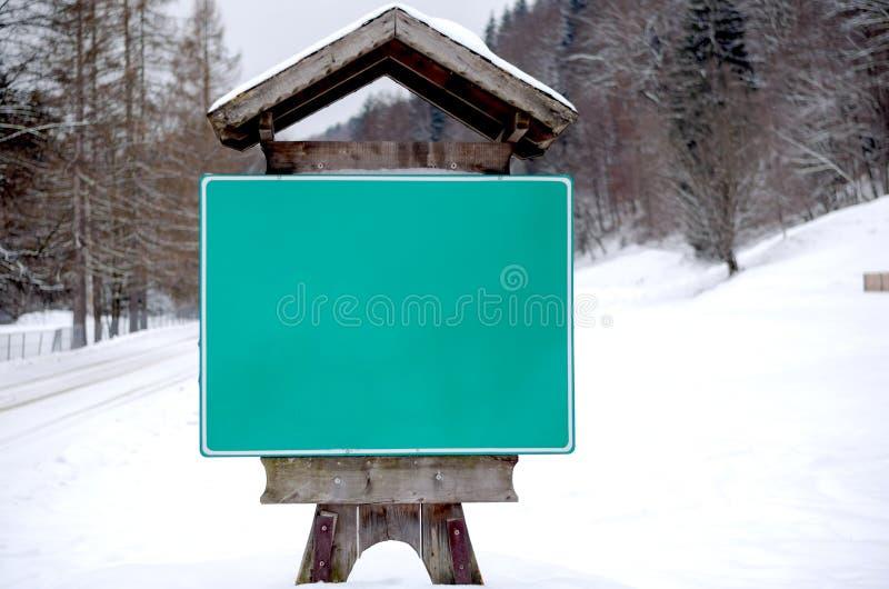 冬天在入口的路标对村庄 库存图片