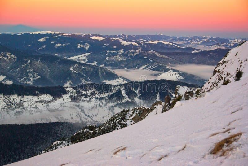 冬天在日出的山风景 库存图片