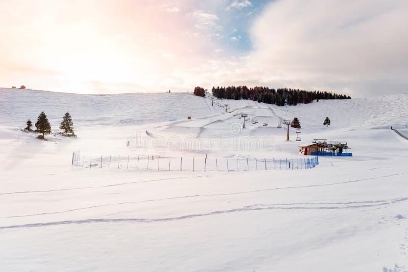 冬天在日落的山风景 库存照片