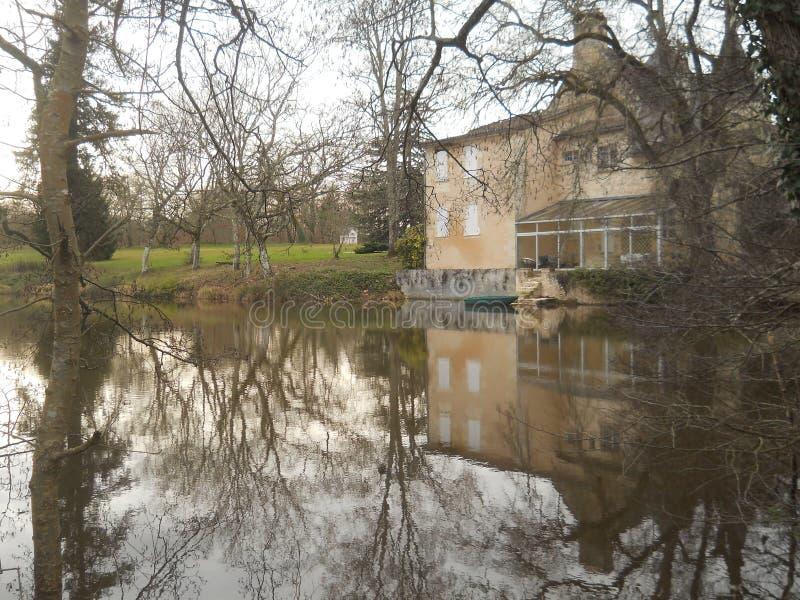 冬天在湖反射的场面大厦 免版税库存图片