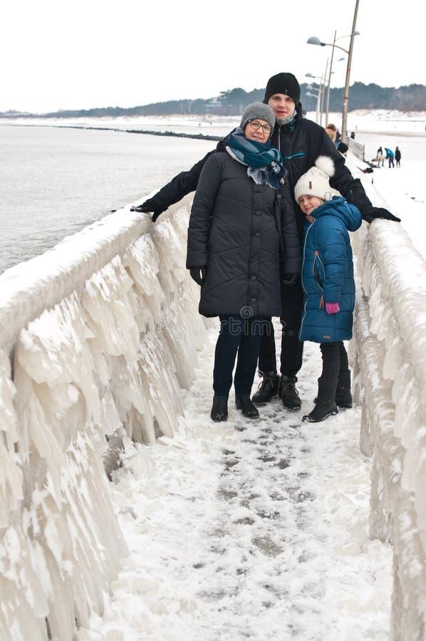 冬天在Darlowo海滩的家庭步行 免版税图库摄影
