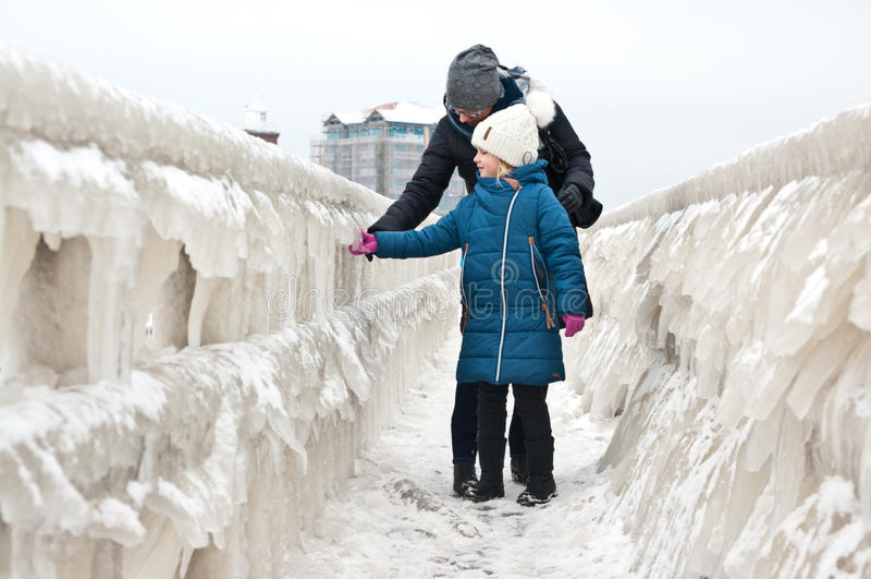 冬天在Darlowo海滩的家庭步行 免版税库存照片