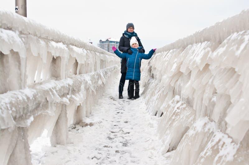 冬天在Darlowo海滩的家庭步行 库存照片