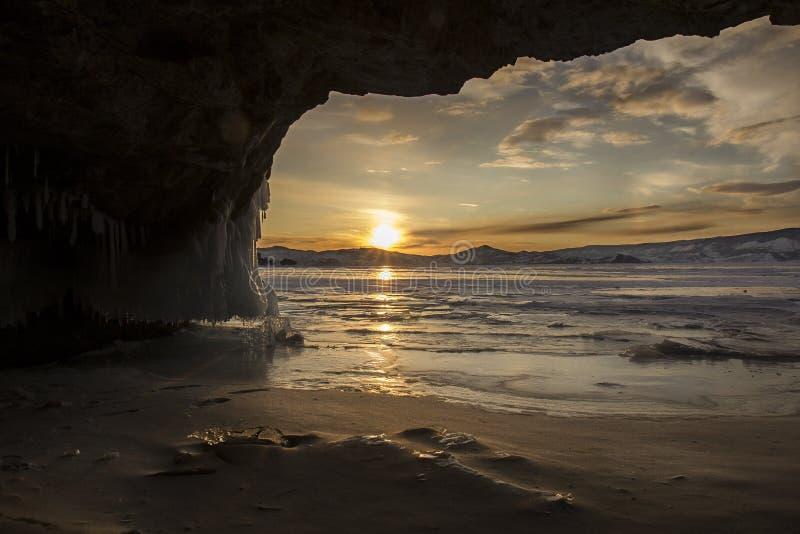 冬天在Olkhon海岛上的贝加尔湖洞 免版税库存图片