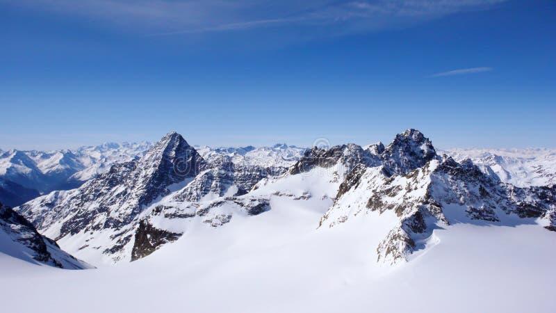 冬天在Silvretta山脉的山风景在施库奥尔和伊施格尔之间的瑞士阿尔卑斯山脉 图库摄影