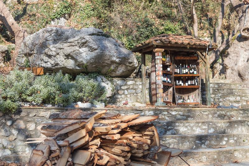 冬天场面切开了木微型葡萄酒库户外 图库摄影