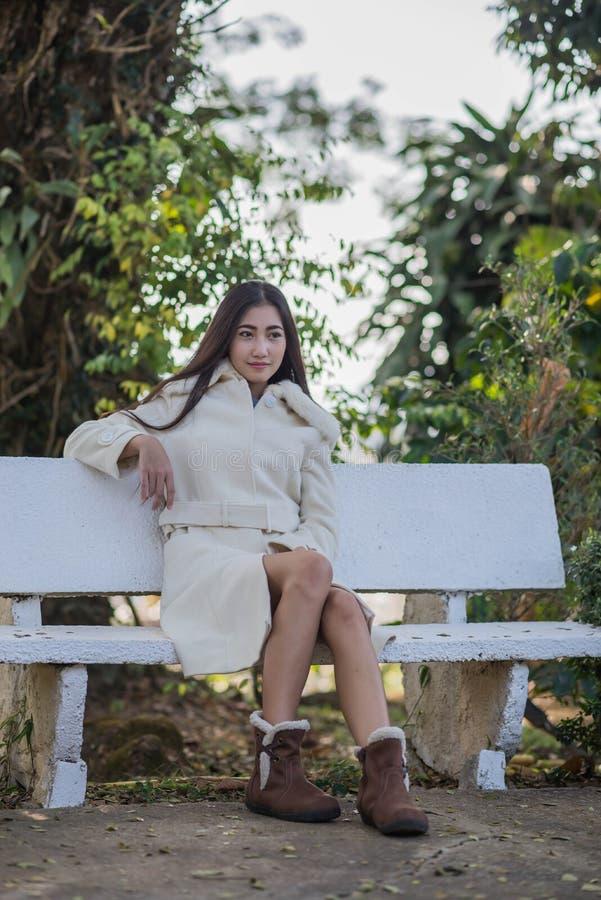 冬天外套的美丽的亚裔女孩 免版税库存照片
