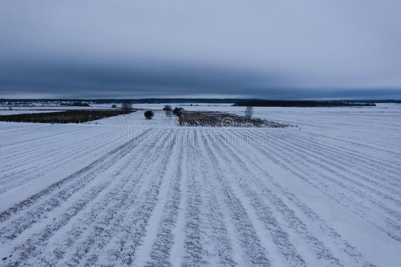 冬天多雪的农田寄生虫视图  免版税库存图片