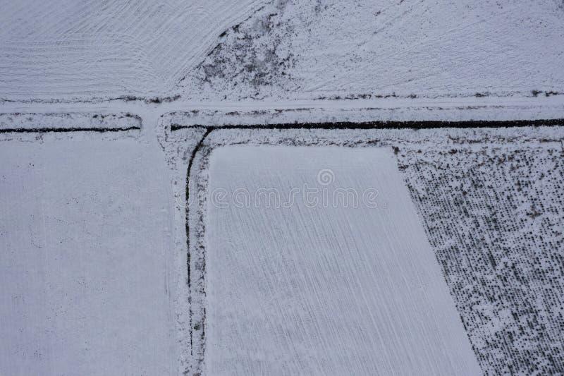 冬天多雪的农田寄生虫视图  库存照片