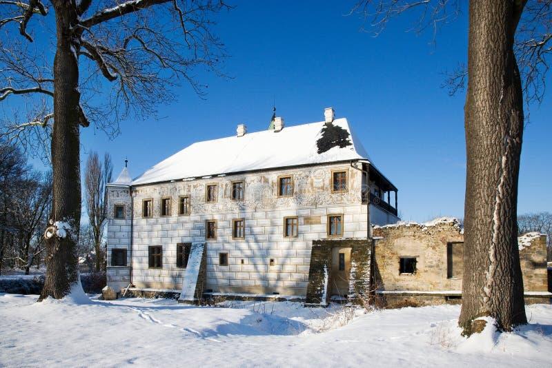冬天多雪的新生城堡在Prerov nad Labem,中央Boh 免版税库存照片