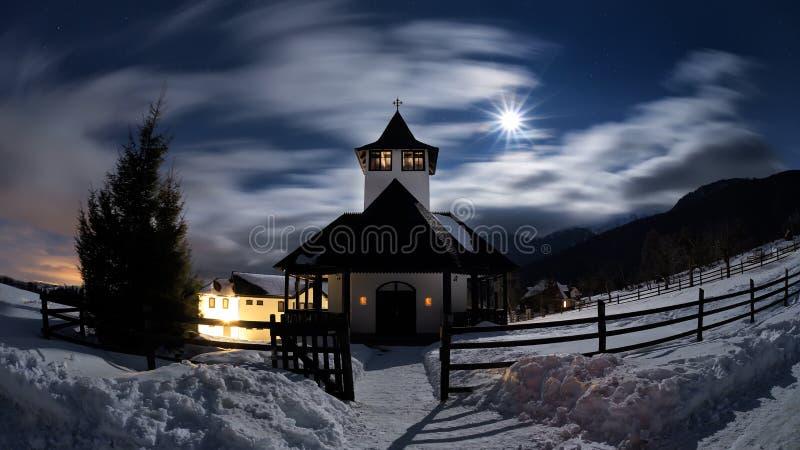 冬天夜场面在罗马尼亚,狂放的喀尔巴阡山脉美好的风景  免版税库存图片