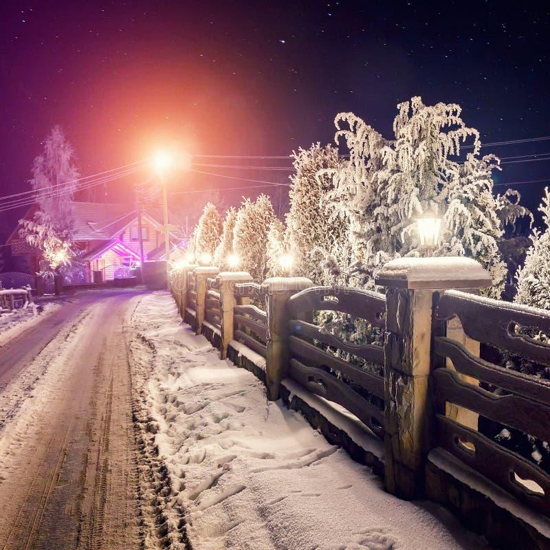 冬天夜场面 在雪道和山cott的满天星斗的天空 库存图片