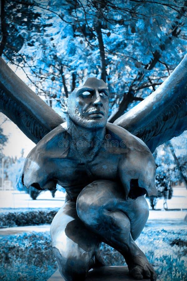 冬天天使在蓝色背景中 免版税库存照片