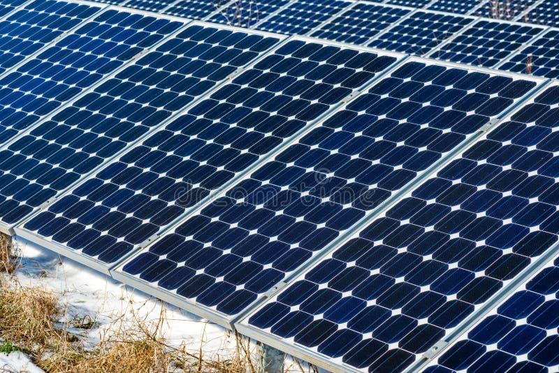 冬天太阳电池板雪风景,光致电压,供选择的电来源 免版税库存图片